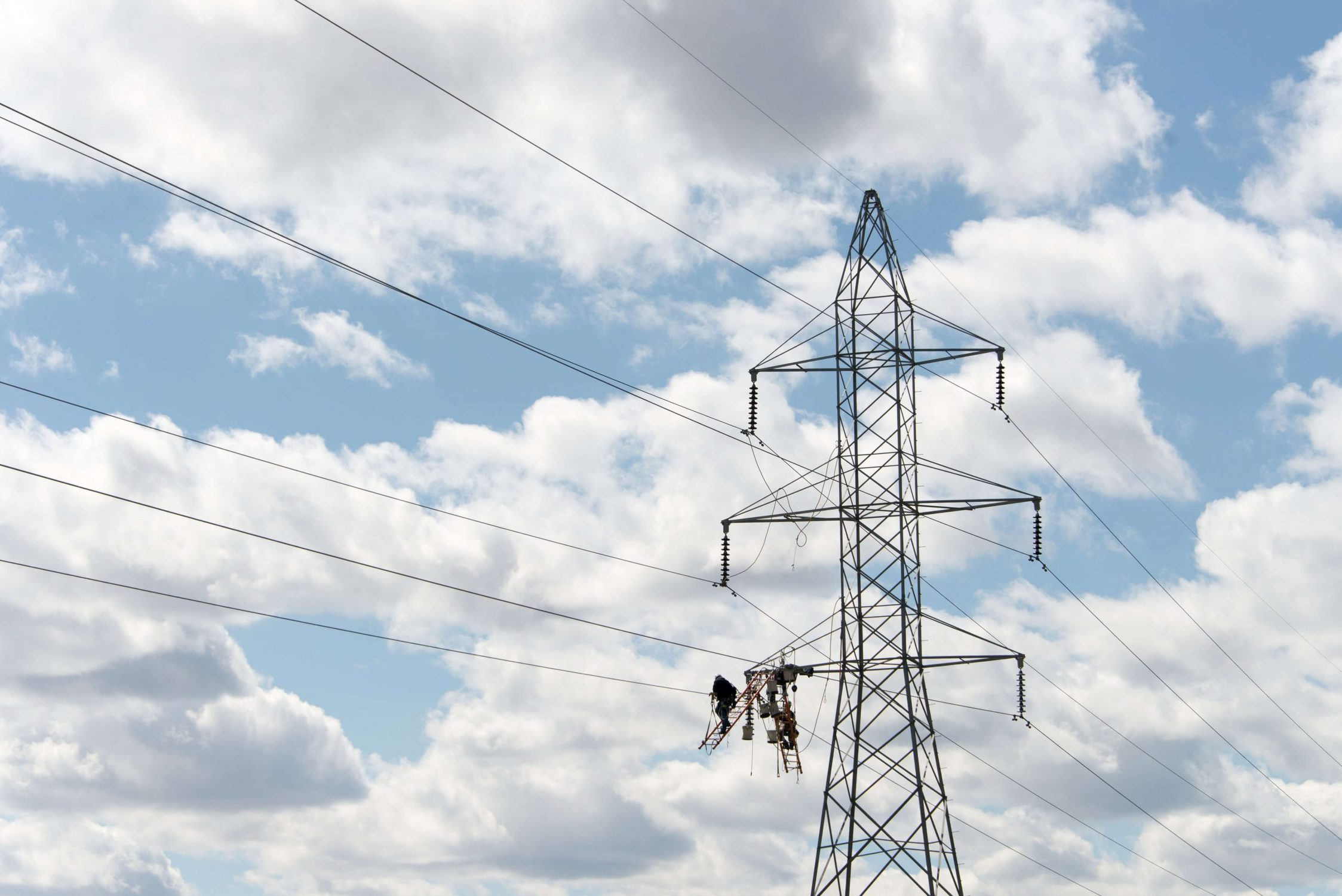 how electricity travel through wires